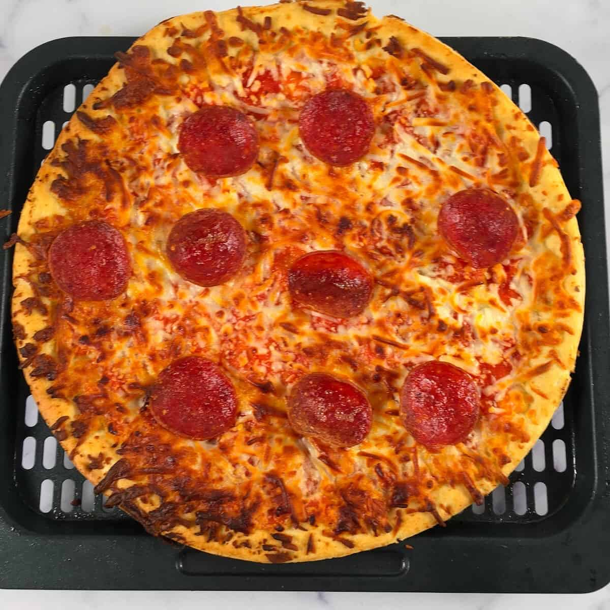 cooked pepperoni pizza